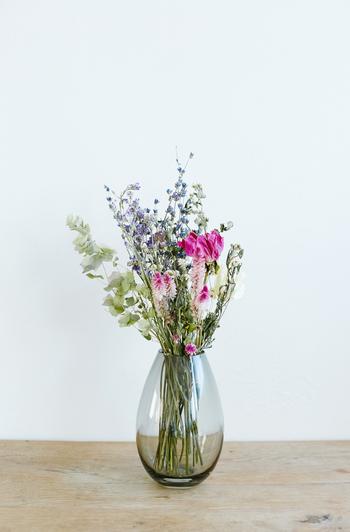 """""""大地""""を象徴した落ち着いたスモークカラーのベースには、野の花も、華やかなお花を生けても似合います。しっかりと根付いて咲く花のよう。  お互いのカラーをひきたて、インテリアを選ばないところも使いやすいですね。"""