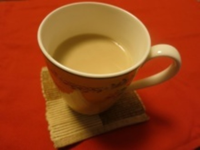 1人分 紅茶のティーバッグ 1個 水 60cc 牛乳 120cc リンゴとクローブのフルブラ 大さじ1 グラニュー糖 (お好みで適量)  電子レンジで作るフルーツブランデーを入れたロイヤルミルクティー。 マグカップに、ホチキスを外したティーバッグを入れ、水を入れてラップをふんわりとかけ、30秒加熱します。 ティーバッグをスプーンで抑えて紅茶の出をよくします。 牛乳を加えてさらに1分30秒加熱。 取り出して、1分蒸らした後、フルーツブランデーを加え、お好みで砂糖を加えます。  夜寝る前にゆっくり飲むのにオススメの一杯!
