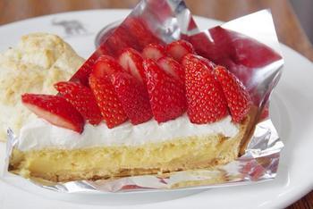 毎月変わる季節のケーキやタルトも人気。3月はいちごのタルト。カスタードクリームが絶品です。