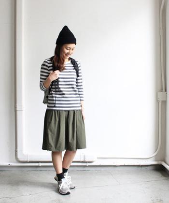 フレアースカートは似合わない。自分で決めつけて敬遠してしまった方は、素材の風合いを活かした、大人の着こなしを楽しんでみてください。パンツスタイルよりも体型カバーしやすいスカートは、着こなし術を覚えれば、きっとお気に入りのスタイルが見つかりますよ!