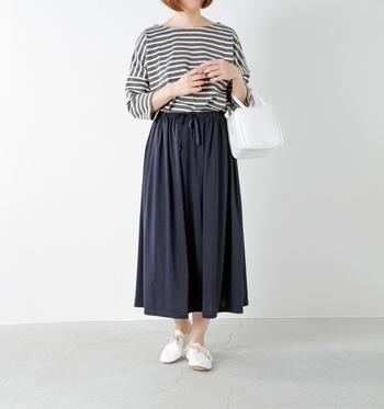 スカートに慣れない人も着やすいロング丈。ジャージー素材だから動きやすくてとっても楽ちん。定番のボーダーシャツと合わせたシンプルなスタイリングです。