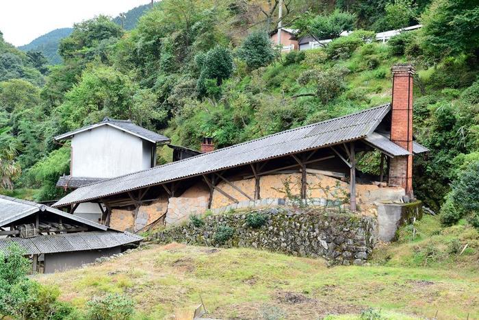 【画像は「皿山地区」の中心にある登り窯。「小鹿田焼」は開窯当時そのままの技法によって作られています。】