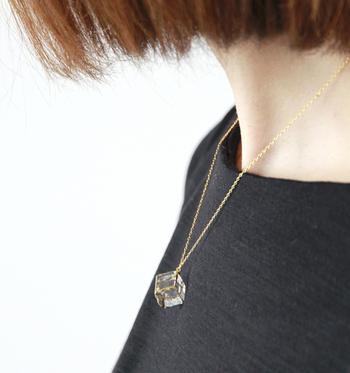 シンプルなスタイルに映えるガラスキューブのネックレス。ガラスのクリアな透明感と華やかなゴールドの組み合わせが素敵です。