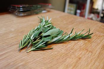 ただし、ローズマリーとセージは香りが強いハーブです。ハーブに慣れていない方は、配合を少なめにして、他のハーブもミックして使うとよいですよ。
