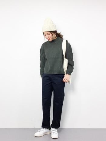 シックな色合いのコーデには、小物を白で統一するのがオシャレに決まるコツ!ふんわりニット帽、白のナチュラルなトートバッグ、スタンスミスのベルクロがいい感じに効いています。
