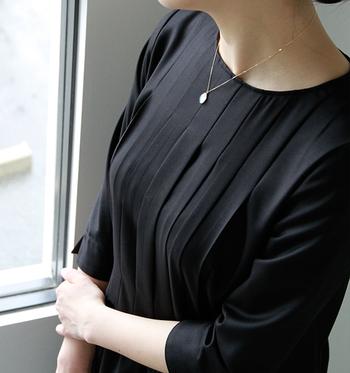 蒼色のオーロラのような天然セ木のネックレス。シンプルな黒のワンピースにそっと華やかさを添えてくれます。