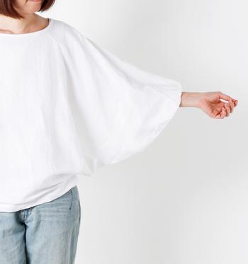 ふんわりシルエットが女性らしいビッグシルエットのプルオーバー。風をはらみながら涼しげに着こなすことができますよ。