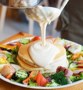 こちらは「那須高原野菜と4種のチーズフォンデュパンケーキ」。彩り豊かな野菜と、パンケーキにあつあつチーズがとろりとかかってたまらない美味しさです!