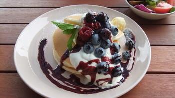 季節のパンケーキも人気です。こちらは7月の「ラズベリーパンケーキ」。パンケーキとラズベリーの甘酸っぱさが絶妙。