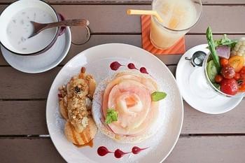 こちらは8月のパンケーキ「白桃パンケーキ」。爽やかな甘さが人気です。いつ来ても変化のあるパンケーキがvoivoiの魅力です。