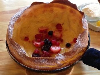 ダッチベイビーパンケーキも美味しさ抜群!冷めるとしぼんでしまうのも特徴の1つとされますが、パリッパリの立ち上がった生地と、しっとりした中身のコラボレーションが最高な一品。