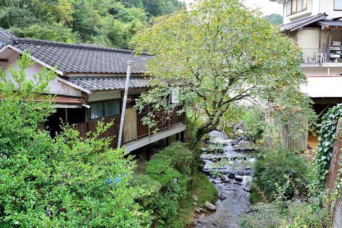 皿山地区の川の上流に、「池ノ鶴地区」の石積み棚田は広がっています。画像は小鹿田焼の里の間を流れる「大浦川」。