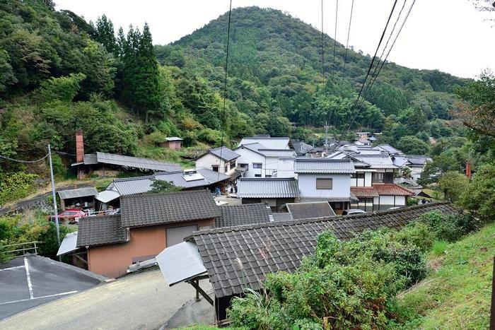 皿山地区では、大浦川沿いに二軒の民家と十軒の窯元が建ち並んでいます。
