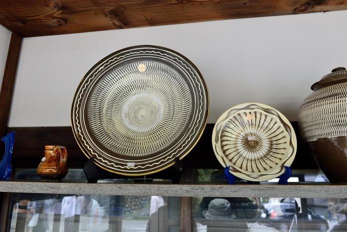 「飛び鉋(画像左)」や「刷毛目(画像右)」の幾何学的紋様と柔らかな印象の釉薬が特徴の「小鹿田焼」の皿。