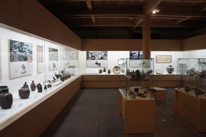 県の重要無形文化財・国の記録保存文化財・国の重要無形文化財(総合指定)に指定されている小鹿田焼。 イギリス人陶芸家と知られるバーナード・リーチ氏の作品も展示されています。