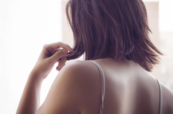 朝起きたら爆発!な髪も、広がりやすい・多い・くせ毛など…。 ある程度乾いたら、髪の毛を写真のように下に引っ張るように根元から毛先に向かってドライヤーを当てます。 最後、乾き終えたら、頭頂部をロールブラシなどで上から当てておさえるか、手の平を当てておさえながら、温風を当てて最後に冷風を当ててしっかりボリュームダウンを固定させましょう!