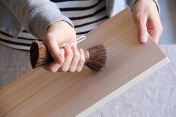手のひらにすっと馴染み、握りやすいところがポイント。柔軟性があるので磨く面を傷つけにくいところも嬉しいですね。頑固な汚れもシュロ棒たわしでゴシゴシ。おうちに1つあると便利なアイテムですよ。