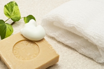 毛穴の奥まですっきり落とせる。洗顔ブラシの効果と使い方。