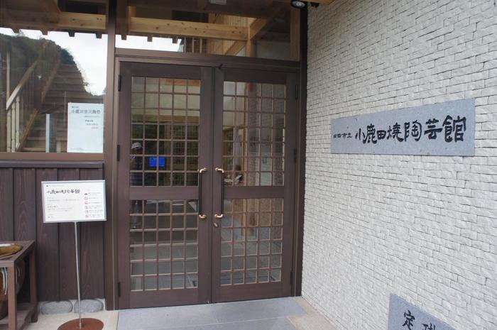 10軒の窯元を見下ろす高台に位置する「小鹿田焼陶芸館」。リーチや柳宗悦が感動した小鹿田焼を知りたいのなら、ぜひこの陶芸館へ足を運びましょう。