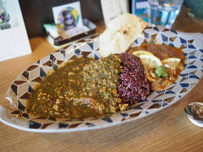 特選キーマほうれん草と丹後産猪カレーの合いがけ。ライスは古代米を使っています。一度に二種類の味が楽しめるのも嬉しいですね!