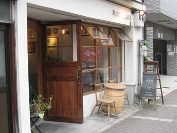 京阪清水五条駅から徒歩5分。まるでカフェのようなおしゃれな外観のお店ですが、実はコロッケ屋さんなんです。コロッケといえばスーパーやお肉屋さんのイメージですが、ここではおしゃれで美味しいコロッケをいただけるんですよ。
