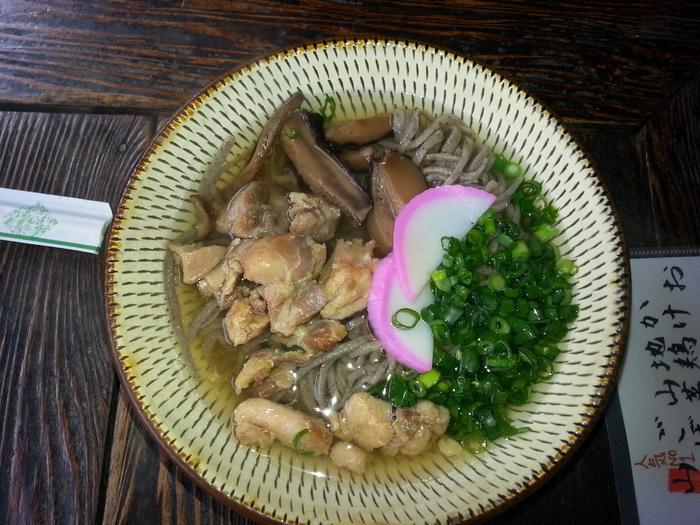 使われる食器はもちろん小鹿田焼。オススメは「地鶏そば」。 蕎麦は手打ちで、粉も地元産の玄そばを挽いたもの。材料のコクと風味が活きた素朴な味わいです。