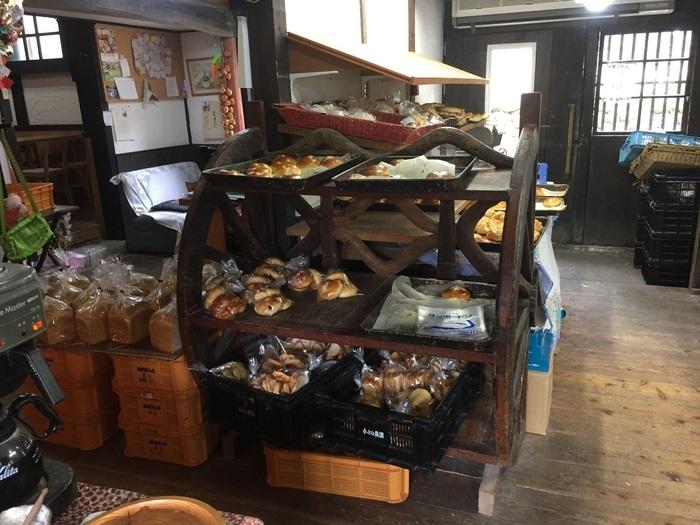 店内にカフェスペース、庭にはテラスがあり、無料のコーヒーも提供されます。