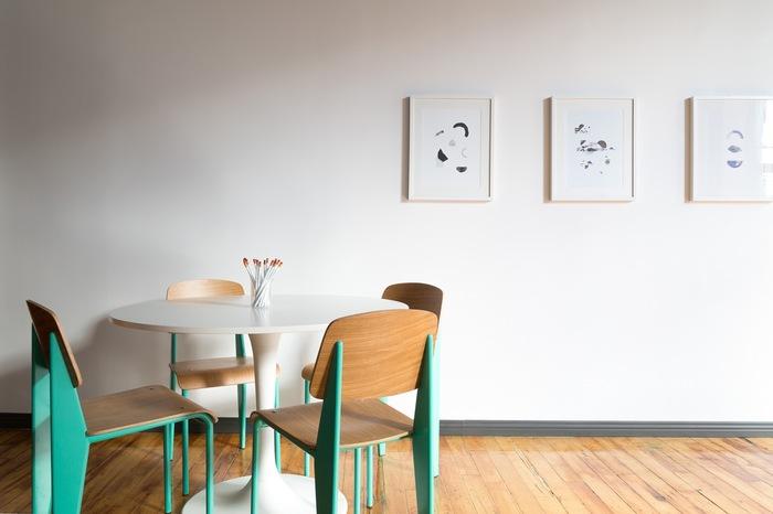 真っ白な壁に抽象画を飾って。無機質な雰囲気をセンスよくおしゃれに見せるテクニックです。