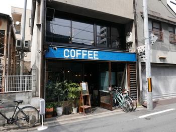 地下鉄烏丸御池駅から徒歩9分。青い看板が目印の喫茶マドラグでは、極厚の玉子サンドが人気です。