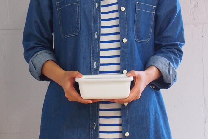 お弁当箱として、また保存容器としても便利に使えるのが「野田琺瑯」のホワイトシリーズ。直火もOKの頼れる容器です。 ※ただし、電子レンジは使用できないのでご注意くださいね。