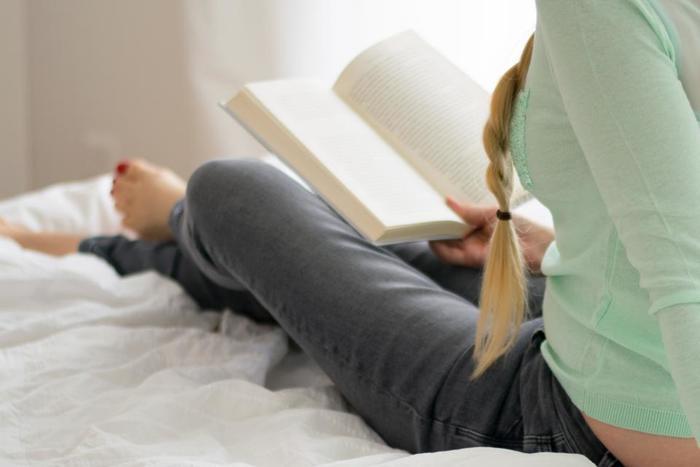 """眠る前の""""リセット""""時間は、人それぞれ。どんなものでも構いません。 例えば、ハーブティーを飲む、読書をする、ストレッチする、好きなことをすればいいのです。 ホッと一息つけるような、頭の中をからっぽにできるような、そんな自分だけの""""リセット""""時間を作ってみてくださいね。"""