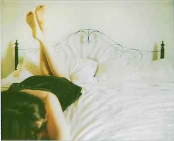 """日々を丁寧に、大切に過ごすには、一日の終わりの""""リセット""""時間が重要なのではないでしょうか。 一日の終わりに、その日のことをいつまでもぐだぐだと考えないで。どうせならダメだったことより良かったこと、幸せだったことを考えましょう。そのほうが気持ちよく眠りにつけますよ。 夜中に考えるたいていの悩み事は、次の日の朝にはたいしたことではなくなっています。"""
