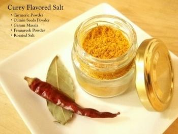 市販のハーブパウダーと塩を混ぜるだけの簡単レシピ。カレー作りには勿論、ポテトやポップコーン、天ぷらにつけるお塩の代わりにも使えます。お肉の下味、スープや炒めものの風味づけなど、料理の下ごしらえから仕上げまで、とにかく幅広く使えるお塩です。