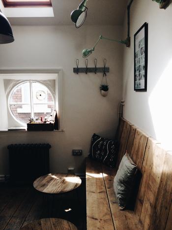 窓のそばに作られたカフェスペース。できるだけリラックスできるように、木やシックな雑貨で落ち着いた空間に。
