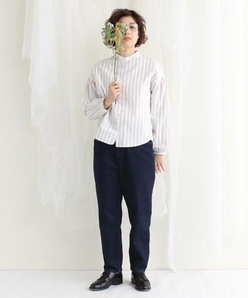スタンドカラーは、マニッシュなパンツスタイルとも相性抜群です。ベージュのストライプとネイビーの色合わせが大人可愛い印象です。