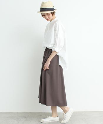 フォーマルな印象の白いスタンドカラーは、ナチュラルカラーのフレアスカートを合わせてフェミニンな装いに。カジュアルな小物で好バランスにまとめるのがポイントです。