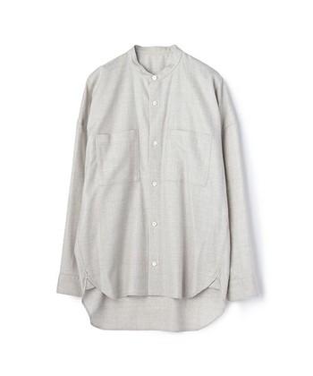 バンドカラーは、スタンドカラーの一種で、ノーカラーの状態の襟ぐりに帯状の布を付けた襟です。