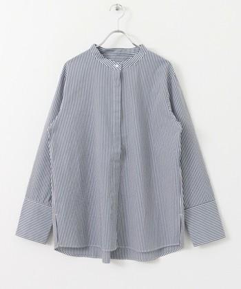 スタンドカラーは、折り返しがなく首に沿って立てた襟の総称です。日本語では「立ち襟」や「立て襟」とも言います。フォーマルな装いからカジュアルまで幅広く使える襟の形です。