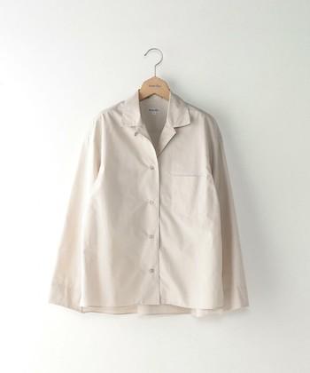 オープンカラーは、胸元が開いた襟の総称です。アロハシャツのように、前立部の上側をラペルとした作りの襟が多いです。「台衿と第一ボタンが無いシャツ」とも言えます。