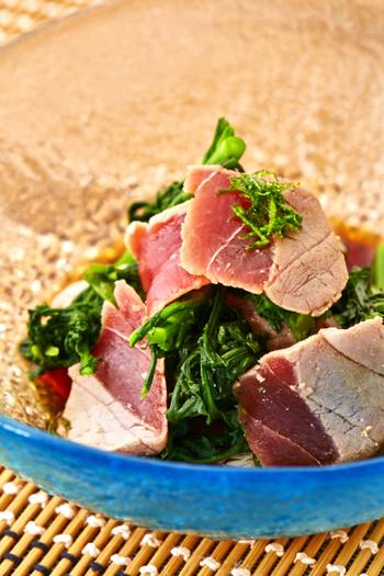 カツオは遠洋回遊魚といって、ずっと泳ぎ続けている魚です。常に動いているために、その身は血色素で赤く、脂肪も多くて旨味が強いのが特徴です。初夏の初ガツオもさっぱりして美味ですが、秋の戻りガツオも脂がのって味わいがあります。