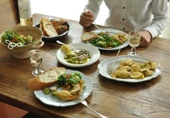 更にお気に入りの食器を使う事で、自然と食器を大切に扱う様になったり、次は何を作ろうかな?と考えるのが楽しみになったりと、それまでは日常の義務だったお料理やお皿洗いが、少しだけ「ゆとり」の時間に変わったりもするんです。食事は元気の源。せっかくならお気に入りの食器と一緒に、丁寧にお食事を楽しんでみませんか。