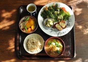 忙しい毎日、お食事の盛り付けや食器を楽しむのはお店だけ…と思っていませんか?お料理を美味しいと感じるのは味覚はもちろん、視覚も大きな役割を果たしています。ご自宅の同じお料理も素敵なお皿に盛り付けるだけで、いつもより美味しく感じたり、お食事の時間が楽しくなったりと多くのメリットがあります。