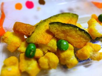 季節限定商品も人気。  こちらはハロウィーンパッケージの「かぼちゃあげ餅」 カボチャを中心とした、野菜のおかきです。 シンプルに素材のうま味を楽しんで。