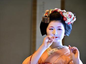 舞妓さんの髪を彩る、繊細な「つまみ細工」のかんざし。