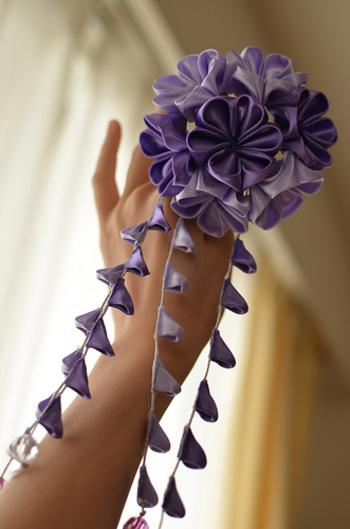 結婚式にもぴったりなサテンのお花。