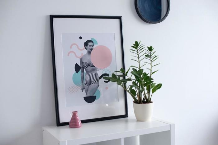 パステルの図形モチーフのコラージュ写真。鉢植えのグリーンとピンクの花器がアクセントになっていますね。