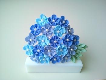 ブルーの色合いがとっても綺麗な紫陽花のかんざし。花のセンターにあるパールが華やかですね。