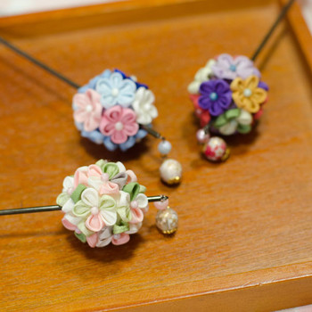 まんまるとした形がなんとも可愛らしい。つまみ細工の小さな花をたくさん使っているので華やかさもあります。普段使いはもちろん、浴衣にも◎