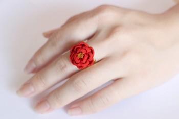 正絹のちりめんを使ったリングは、花びらを一枚ずつ重ね合わせて作っているんだそう。ぷっくりとした椿が美しい。