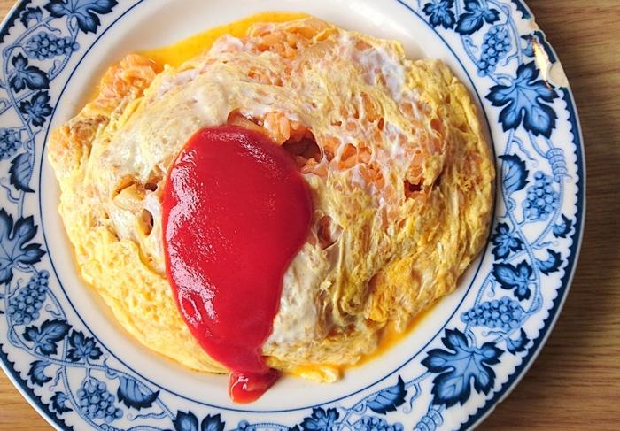 一般的にはチキンライスやバターライスを卵で包んだ日本の洋食「オムライス」。 子供から大人まで幅広い層から人気で、中に入れる具材やかけるソースによって様々なバリエーションもありますよね。そんなみんなが大好きなオムライスの基本からアレンジレシピまでを早速ご紹介していきますね♪